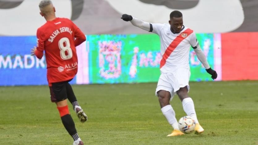Luis Advíncula anotó con un gran zurdazo en la derrota del Rayo Vallecano
