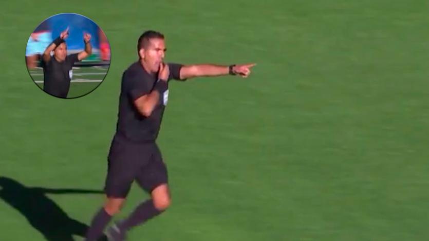 Árbitro hace la señal del VAR y cobra penal en el fútbol boliviano, donde no hay VAR (VIDEO)