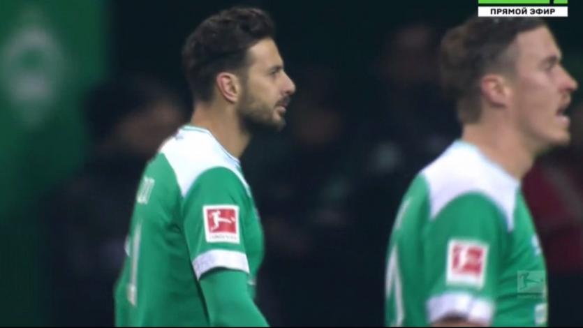 Claudio Pizarro pudo ver acción en el empate del Werder Bremen