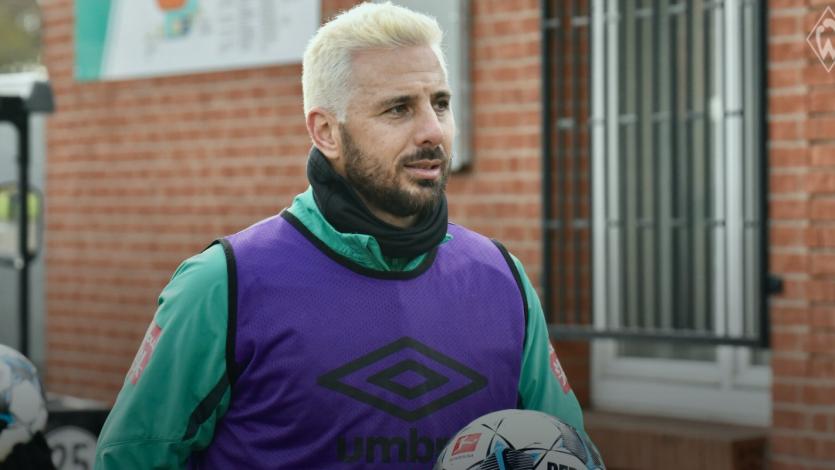 Claudio Pizarro y el extravagante look que estrenó en los entrenamientos del Werder Bremen (VIDEO)