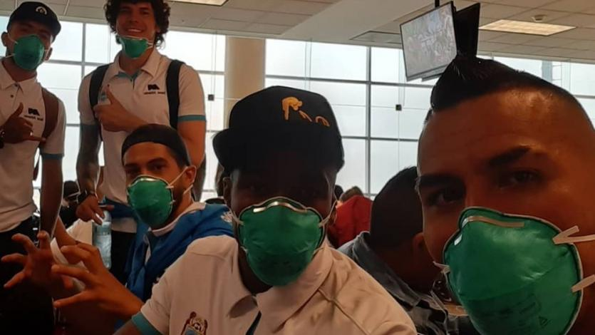 Binacional voló para enfrentar a River Plate con mascarillas por el coronavirus (VIDEO)