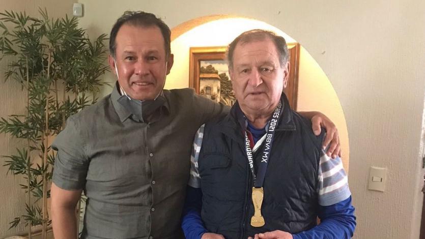 Juan Reynoso cumplió su promesa: le regaló su medalla de campeón a Enrique Meza, primer estratega que lo dirigió en Cruz Azul
