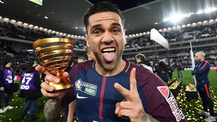 Dani Alves se convierte en el futbolista con más títulos de la historia