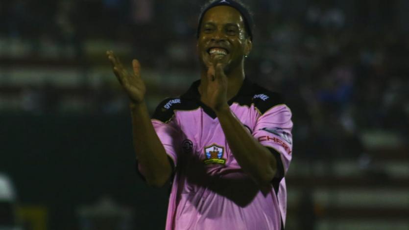 La sonrisa del fútbol: Ronaldinho se vistió de rosado en la goleada frente a Cantolao