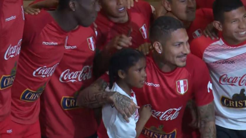 Selección Peruana: Paolo Guerrero rompió la seguridad para cumplir el sueño de una hincha (VIDEO)
