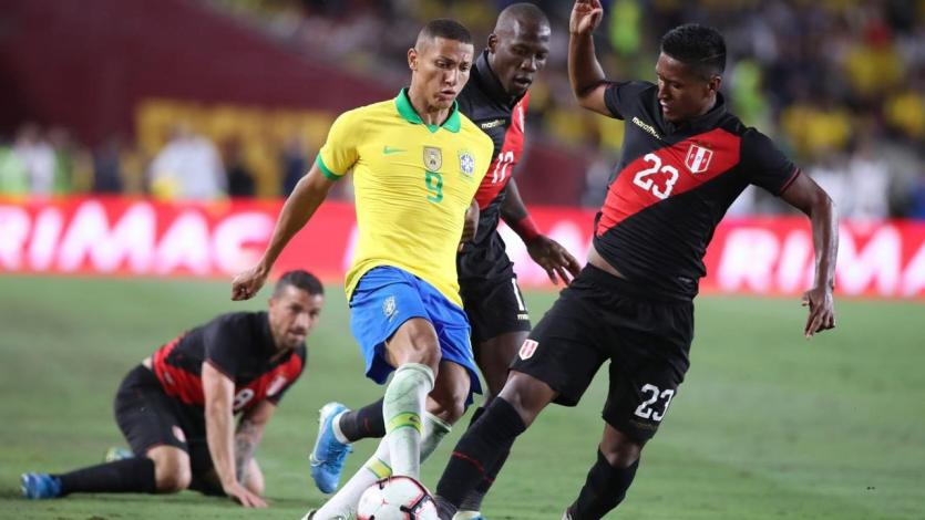 Pedro Aquino fue operado por lesión en México y se perderá partidos con la Selección Peruana