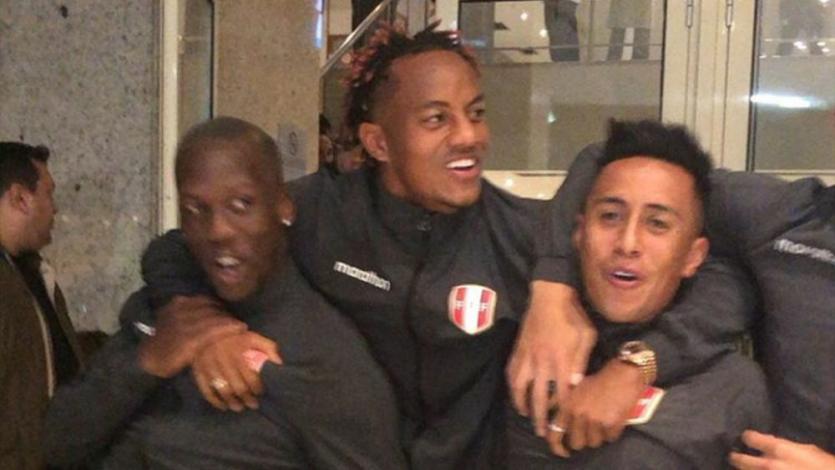 Perú vs. Brasil: jugadores de la bicolor salieron de la concentración y cantaron con hinchas en banderazo