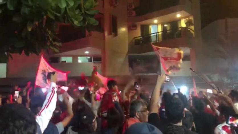Perú vs. Brasil: hinchas de la bicolor realizaron espectacular banderazo en la concentración (VIDEO)