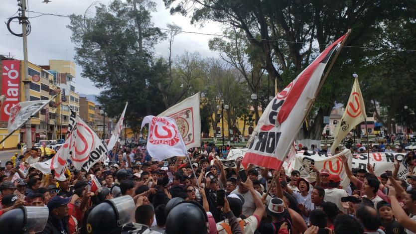 Hinchas de Universitario realizaron banderazo en Huánuco en la previa del partido contra A. Universidad