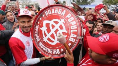 Paolo Guerrero fue recibido por una multitud de hinchas en Porto Alegre