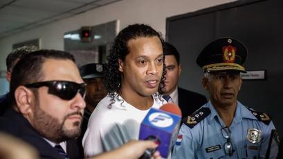 Ronaldinho abandona la prisión para cumplir arresto domiciliario tras pagar millonaria fianza