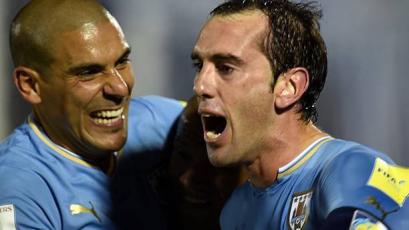 Diego Godín igualó el récord de Maxi Pereira como jugador con más presencias con Uruguay