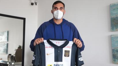 Alianza Lima: Pablo Míguez llegó al Perú y posó con la camiseta del equipo