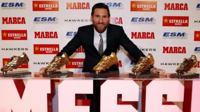 Lionel Messi acaricia su sexta Bota de Oro