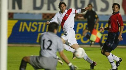 Hace 17 años anotó su primer doblete con Perú: Claudio Pizarro y sus números con la bicolor