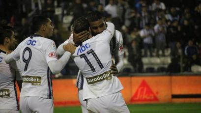 Alianza Lima vs Sporting Cristal: Aldair Fuentes colgó a Patricio Álvarez con un cabezazo (VIDEO)