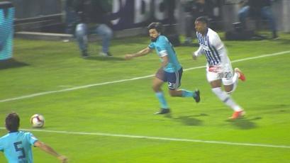 Alianza Lima vs Sporting Cristal: Aldair Fuentes se lució ante Jorge Cazulo con esta jugada (VIDEO)