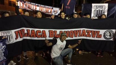 Hinchas de Alianza Lima realizaron banderazo en la concentración en Juliaca (VIDEO)