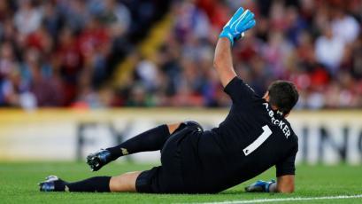 Alisson Becker se lesionó de forma extraña en debut del Liverpool en la Premier League