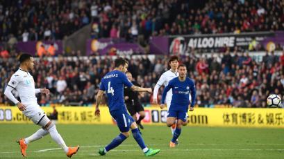 Chelsea venció al Swansea y se mantiene en lucha por una plaza en Champions