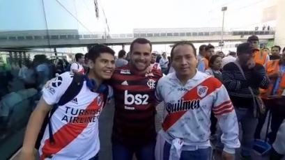 Hinchas de River Plate y Flamengo esperan juntos a sus equipos en el aeropuerto Jorge Chávez
