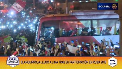 ¡La Selección Peruana arribó al país entre una multitud!