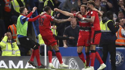 Premier League: Huddersfield selló su permanecía y complicó al Chelsea