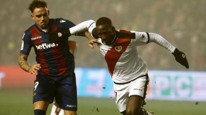 Luis Advíncula: ¿Dos clubes españoles interesados en el defensa peruano?