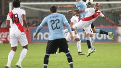Perú vs. Uruguay: Miguel Trauco se lució con un 'tunel' sobre Brian Lozano (VIDEO)