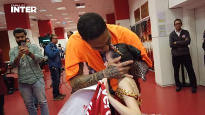 Paolo Guerrero cumplió el sueño de pequeña bailarina que es hincha del Internacional (VIDEO)