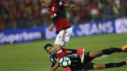 Paolo Guerrero vio acción en el empate del Flamengo