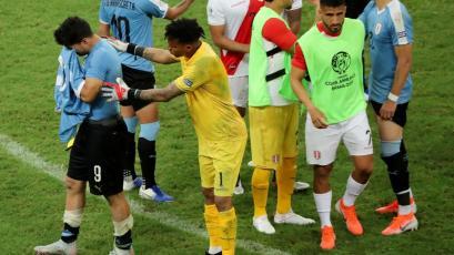 Pedro Gallese y la foto consolando a Luis Suárez tras los penales que demuestra su grandeza