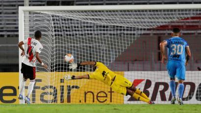 Copa Libertadores: Raúl Fernández se lució atajando un penal en el River Plate vs Binacional (VIDEO)