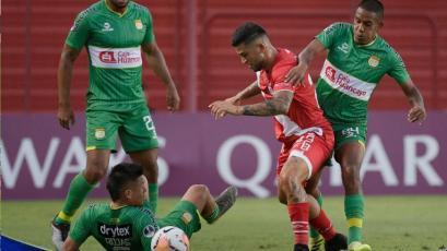Argentinos Jrs. vs. Sport Huancayo: Víctor Peña cayó en el área y reclamó penal (VIDEO)