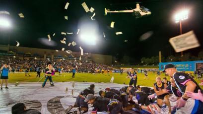 Video de helicóptero regalando 10 mil dólares en estadio de fútbol en Estados Unidos es viral mundial