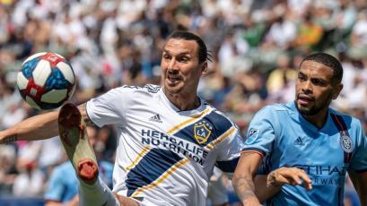 Alexander Callens evitó sobre la raya golazo de Zlatan Ibrahimovic y le ganó el partido (VIDEO)